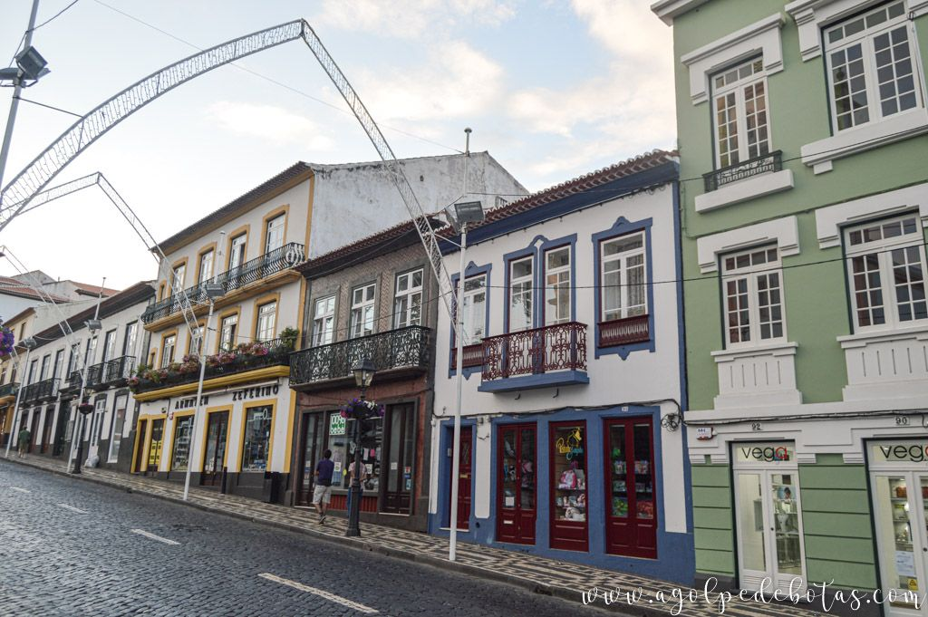 Edificios coloridos de Angra do Heroismo en Terceira